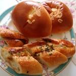 オーサムベーカリー - クリームパンの生地はフワフワ。甘さ控えめで卵感たっぷりのカスタードクリームが入っていました。葱のバゲットはカリッとしていて甘辛い味噌と葱のペーストがぬってあります。五平餅にとてもよく似ていました。