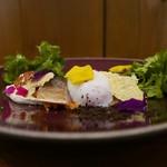 63227861 - 燻製した鯖の炙りとクスクス、クヌアのタプレ 白胡麻のムースリーヌソース