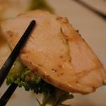 お食事処 水源 - 蒸し鶏アップ