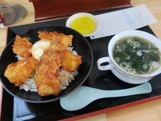 善助屋食堂 - どんこ唐揚げ丼 ワカメスープ(¥900)