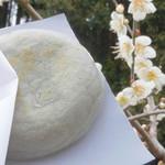山田饅頭本舗 - 料理写真:梅の餅100円。焼きたてです。