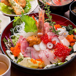 どまん中 - 海鮮漁師丼は海鮮たっぷりの自慢の海鮮丼