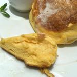 幸せのパンケーキ - 黄色さが伝わるでしょうか?玉子色〜。