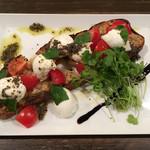 文世食堂 - 美味しいトマトとボッコンチーニ モッツァレラのカプレーゼ  文世スタイル