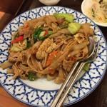 チャオタイ - ピリ辛バジル風味の豚肉と野菜のやきそば