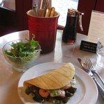チャプチーノ - シュリンプ&アボガドのお食事パンケーキとランチサラダ