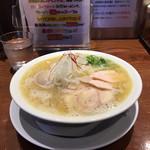 63250558 - 特製塩¥900                       鶏と魚介の旨味が見事にマッチ‥旨い鶏白湯スープ