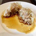 冠龍食府 - 肉焼売の断面。ミンチの豚肉に野菜もたっぷりでふわっと柔らか。