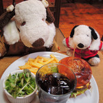 63254195 - ボキらは、ベーコンチーズハンバーガー、サラダ・ドリンクセットに。                       ドリンクはコーラだよ。