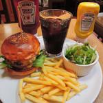 63254196 - ハンバーガーはボリュームがあるので、                       専用の紙袋が用意されています。フライドポテトもたっぷりで、                       これぞアメリカンバーガーだね~