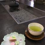 花扇 - 出してくれたお茶とお菓子!お茶の温度がたまらなく丁度いい!