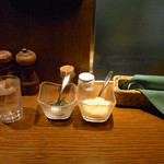 スパゲティながい - カウンター上 バジリコ、粉チーズ
