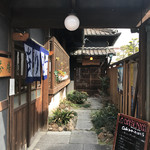 日本料理 やまと - お店入り口 手前が茶房で、奥にパン屋さんもあり。