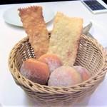 ラ・バイア  - 自家製パン  オリーブのパン  ドライイチジクのパン  クラッカー