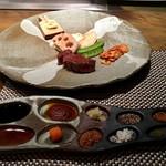 鉄板焼 心 - ステーキは10種の調味料で頂きます。