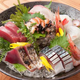 日本海を中心に水揚げされた新鮮な魚介類