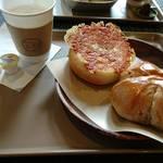 63273962 - くるみぱん(右)、チーズ豚まんパン(左)
