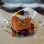ビストロ ダイア - ノルウェー サーモンの出来立て瞬間燻製 半熟うずら卵 ビーツとアボカドのクリュディテ