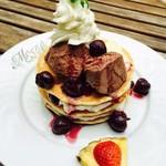 モエナ カフェ - チェリー&クリームチーズパンケーキ