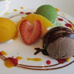 ピッコロ・カプリーチョ - アイスクリームの盛り合わせ