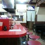 雲龍亭 - カウンター席とテーブル席