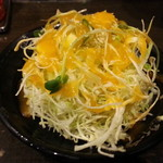 伝説のすた丼屋 - 醤油ラーメンセット870円のセットサラダにドレッシングW掛け
