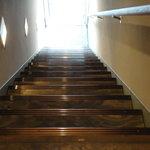 インド料理 想いの木 - 急な階段を上から撮ってみた