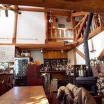 バックシュトゥーベ - 薪ストーブであたたかい店内。