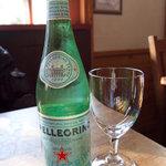 バックシュトゥーベ - 見慣れたサンペレグリーノも、ここで見ると美味しそう。