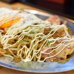 鉄板家シュウ - からしマヨネーズは、ご自由に♪ 味変を楽しめます。