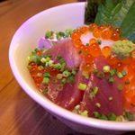 博多炉端 魚's男 - 店名の入った看板海鮮丼『魚's男丼』は醤油ダレor胡麻ダレが選べます