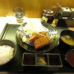 厚切り牛かつ専門店 神戸 牛かつ亭 - デミグラスソースの厚切りレア牛かつ膳