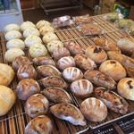 63334449 - 店内にはおいしそうなパンが並んでいます。