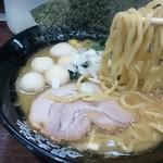 横浜家系ラーメン 町田商店33 - 自社ブランドの四宮製麺