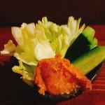 モリモリ商店2号店 原始焼酒場 きやり屋 - お通しは400円(税別)  この夜は胡瓜と群馬(嬬恋村?)の春キャベツと味噌。