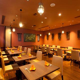 ホテル内の綺麗で広々とした空間のレストランです