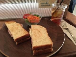 ドリップマニア 横浜リフレスタ店 - もち豚ハム&HOTチーズのサンドのセット・ドリンク、サラダ付き(税込800円)
