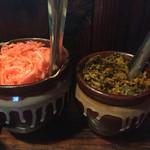 たつ屋 - 卓上の紅ショウガと辛子高菜