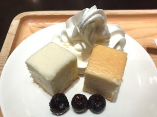 町村農場 丸の内店 - ホワイトチョコレートの特製チーズケーキ&特製チーズケーキ ハーフプレート ミニソフト添え