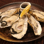 63382948 - 生牡蠣5P 980円  岡山県寄島産だったけど、味が濃くて美味しい♪