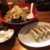 味噌の金子 - 料理写真:赤の味噌ラーメン、ギョウザ5個、サービスライス