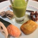 GINZA 水野 - 八寸:えんどう豆のすり流し/ますの笹寿司 他