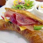 カフェ ココマメヤ - ランチセットの生ハムとチーズサンド(バターギッフェリ)サラダ+デザート+ドリンク付き800円