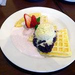 カフェ ココマメヤ - 和風ストロベリーワッフル750円