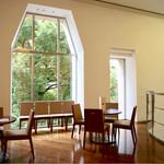 CAFE DECO - アートな窓は素敵な雰囲気を作ってくれますね。