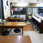 三徳ラーメン - カウンターとテーブル席が有ります♪