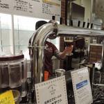 ビール工房 所沢 - ビールサーブ中