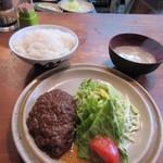浜芳 - 料理写真:暫く待つと注文したハンバーグ定食600円の出来上がりです。