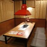 炭火焼肉屋 さかい - ご家族で楽しめるテーブル席 ※写真は系列店になります。
