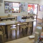 佐野青竹手打ラーメンの店 Ra - 少々、ゴチャゴチャしている店内。